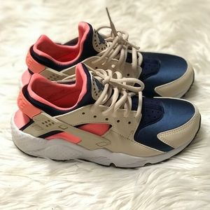 Women's Nike Air Huarache's low. *like NEW*